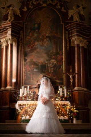 Martin Blascak photography svadobny portret v kostole s nevestou a kyticou