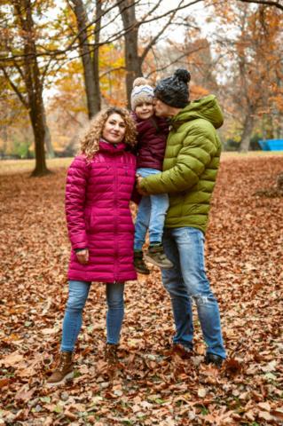 rodinny portret v parku na jesen 2020 na fotke je otec mama syn