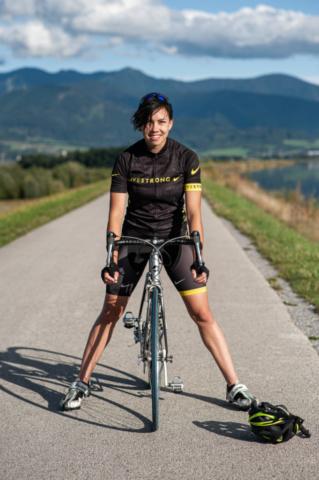 cyklistka na cestnom bicykli s prilbou na zemy v nike drese
